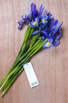 Blumenstrauß der blauen lilienblumen. germanische iris. flach liegen