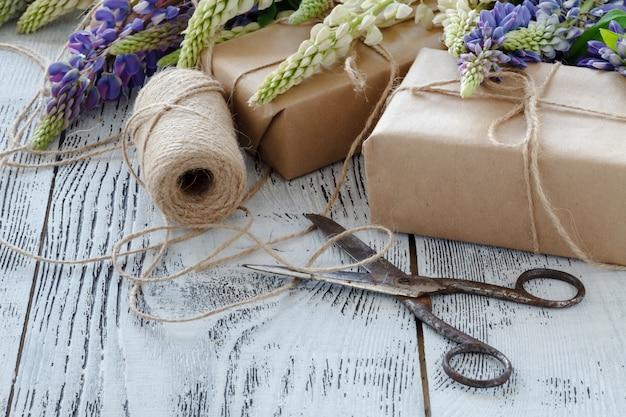 Blumenstrauß der blauen lupinenblumen auf einem holztisch