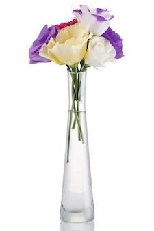 Blumenstrauß der bunten eustoma blumen in einer glasvase lokalisiert auf weißem hintergrund