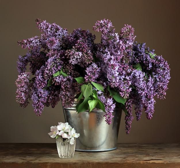 Blumenstrauß der flieder in einem eimer.