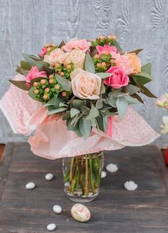 Blumenstrauß der frischen blumen auf dem tisch