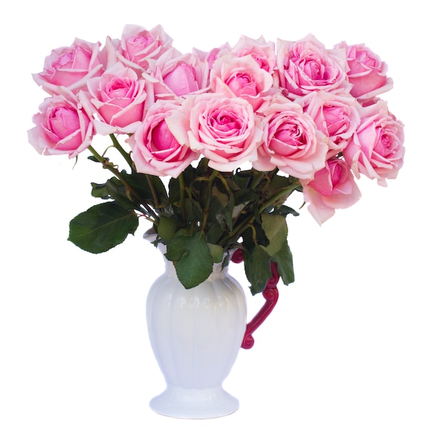 Blumenstrauß der frischen rosa blühenden rosen in der weißen vase lokalisiert auf weißem hintergrund