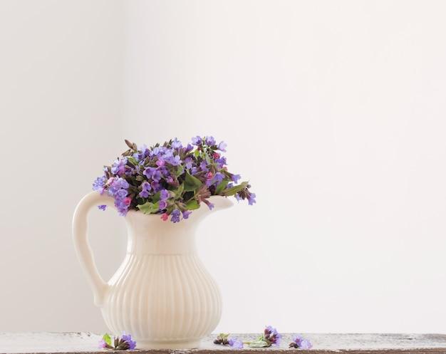 Blumenstrauß der frühlingsblumen in einem krug