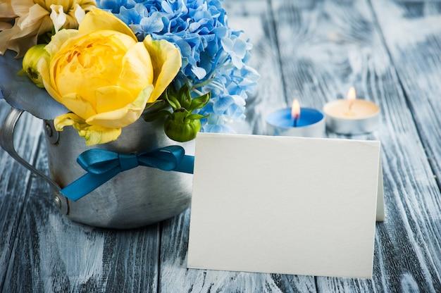 Blumenstrauß der gelben rose und der blauen hortensie
