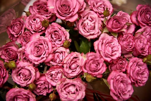 Blumenstrauß der nahaufnahme der rosa rosen.