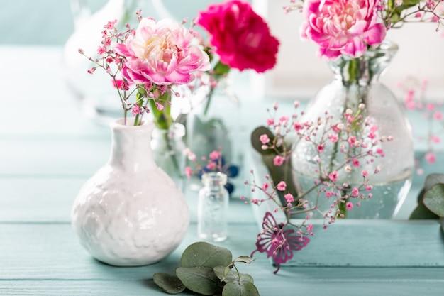 Blumenstrauß der rosa gartennelke auf hölzernem hintergrund des hellen türkises
