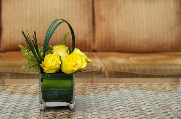 Blumenstrauß der rosenblumen auf einem tisch