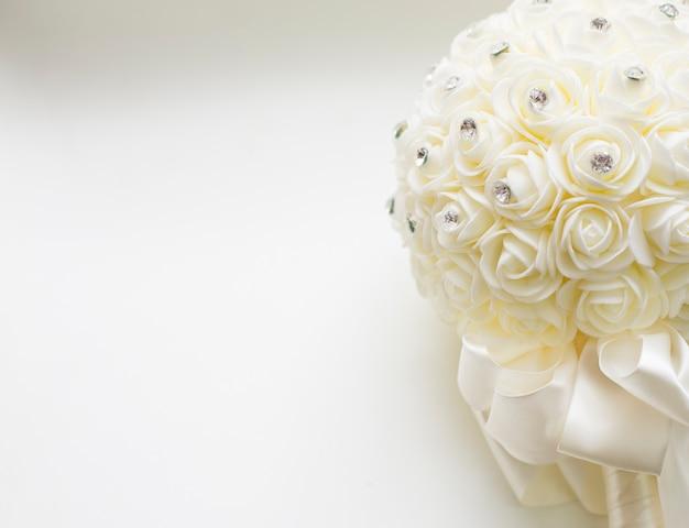 Blumenstrauß der weißen rose mit weißem farbhintergrund