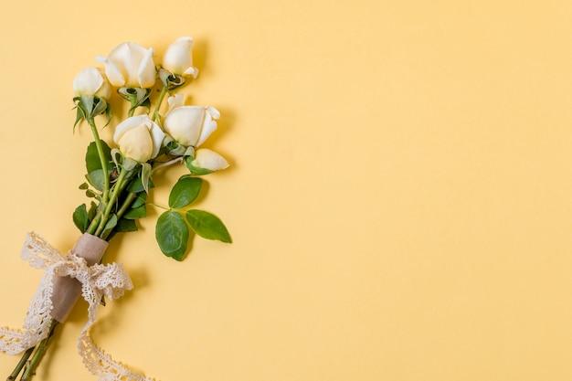 Blumenstrauß der weißen rosen der draufsicht mit kopienraum