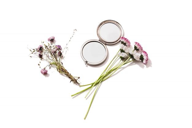 Blumenstrauß der wilden blumen und eines spiegels auf einem weißen hintergrund lokalisiert .gerbary. blumenzusammensetzung. speicherplatz kopieren