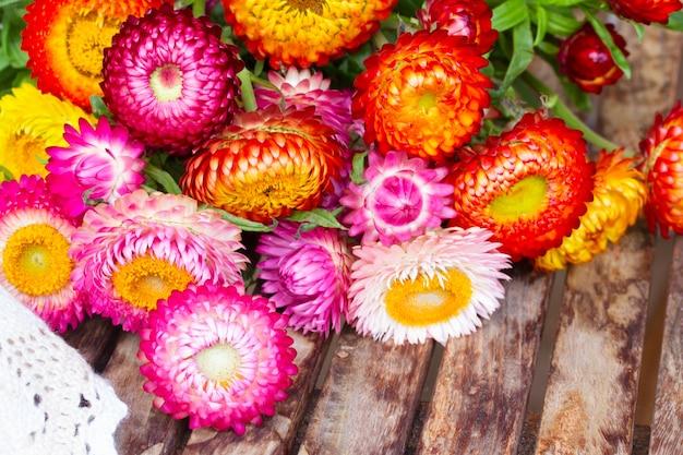 Blumenstrauß des ewigen blumenstraußes auf holztisch