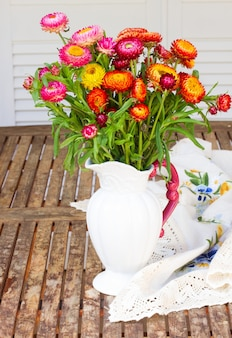 Blumenstrauß des ewigen blumenstraußes in der vase auf holztisch
