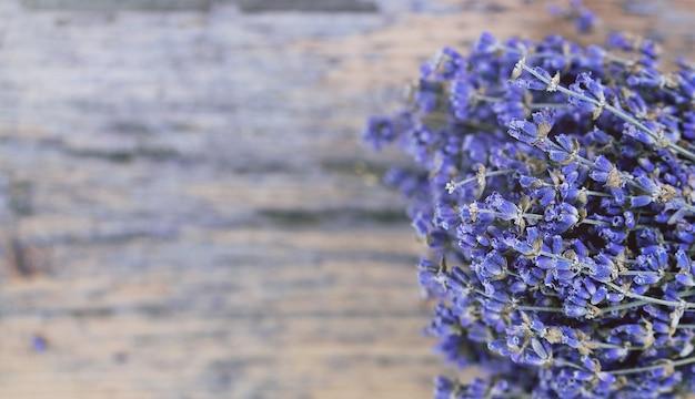 Blumenstrauß des getrockneten lavendels auf einem alten gemalten holz