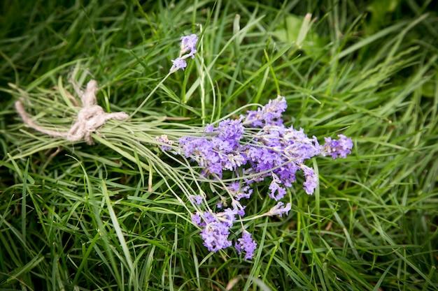 Blumenstrauß des lavendels auf der alten rustikalen tabelle