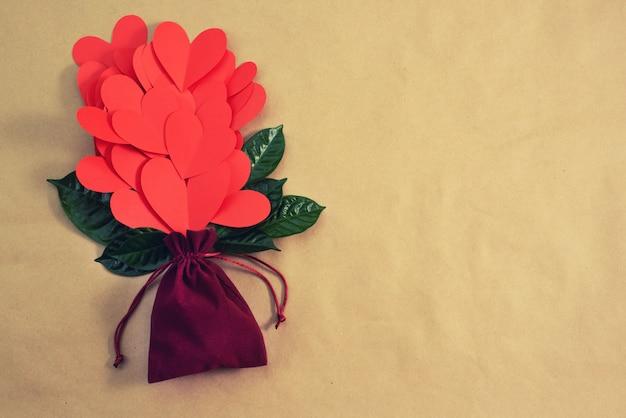Blumenstrauß des roten herzgeschenkkonzeptes des valentinstags