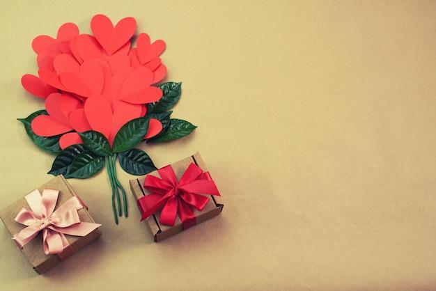 Blumenstrauß des roten herzgeschenksatinband-bogenkonzeptes von valentinstag, geburtstag, der tag der frauen