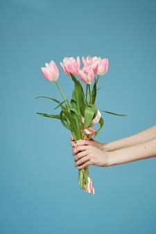 Blumenstrauß des schönen blumengeschenkfrauen-tageslebensstils