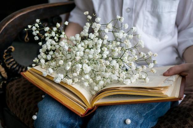 Blumenstrauß des schönen gipsofila kopieren sie raum international womens day feier weißer wandhintergrund skandinavisches interieur