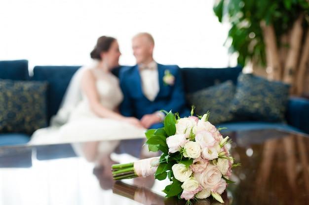 Blumenstrauß für den hintergrund der braut und des bräutigams