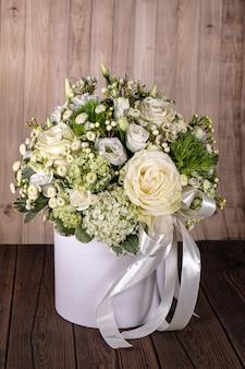 Blumenstrauß für neugeborenes mädchen oder jungen. blumenkomposition, geschenk für kinder