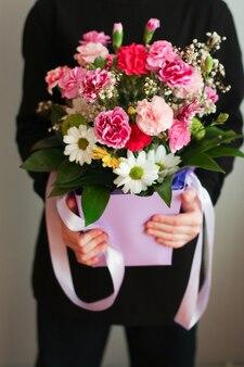 Blumenstrauß geben von schönen glückwünschen am valentinstag