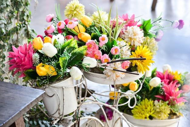 Blumenstrauß im garten dekoriert