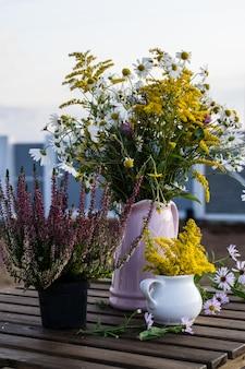 Blumenstrauß im vase im freien auf tabelle