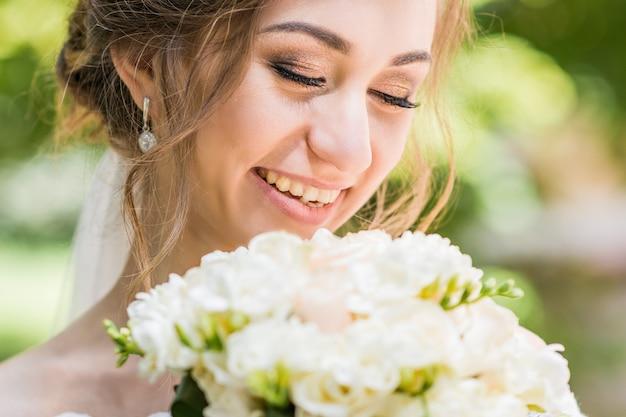 Blumenstrauß in den händen der braut