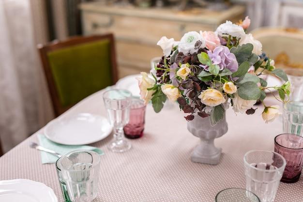 Blumenstrauß in einer vase am hochzeitstisch.