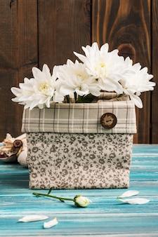 Blumenstrauß in grobe leinentasche