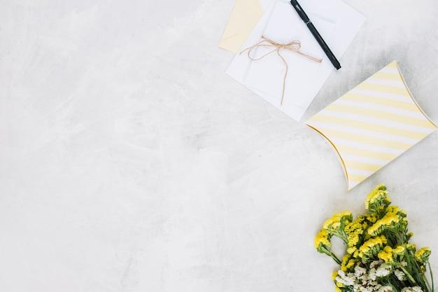 Blumenstrauß liegt in der nähe von geschenken