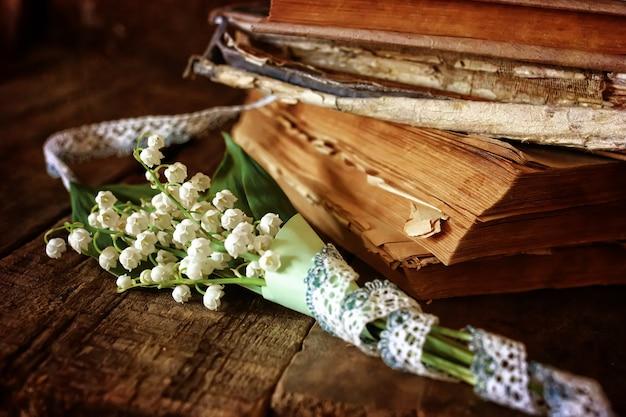 Blumenstrauß lilien und retro-buch
