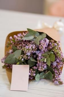 Blumenstrauß mit einer visitenkarte in einem blumenladen
