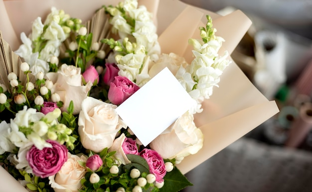 Blumenstrauß mit leerer notiz