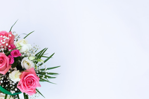 Blumenstrauß mit rosa und weißen rosen auf weißem hintergrund