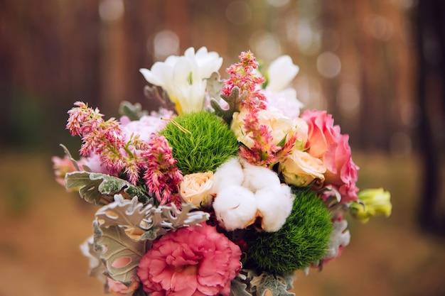 Blumenstrauß mit rosen, pfingstrosen, nelken. zartes bouquet in rosa farben. eukalyptusblätter.