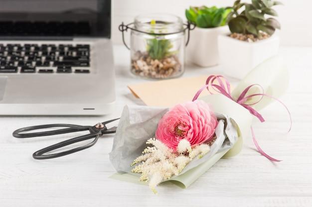 Blumenstrauß mit rununkel, schere, bastelumschlag