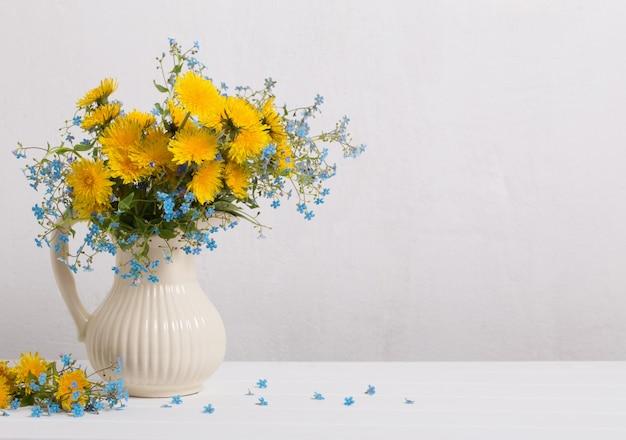 Blumenstrauß mit vergissmeinnicht und löwenzahn
