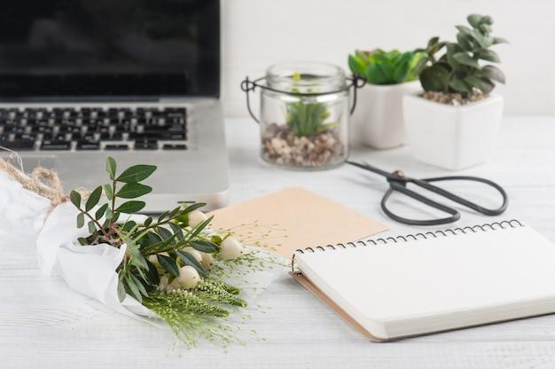 Blumenstrauß, notizbuch, schere, bastelumschlag