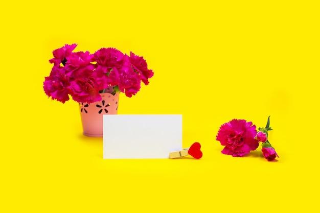 Blumenstrauß rosa nelkenblumen mit karte