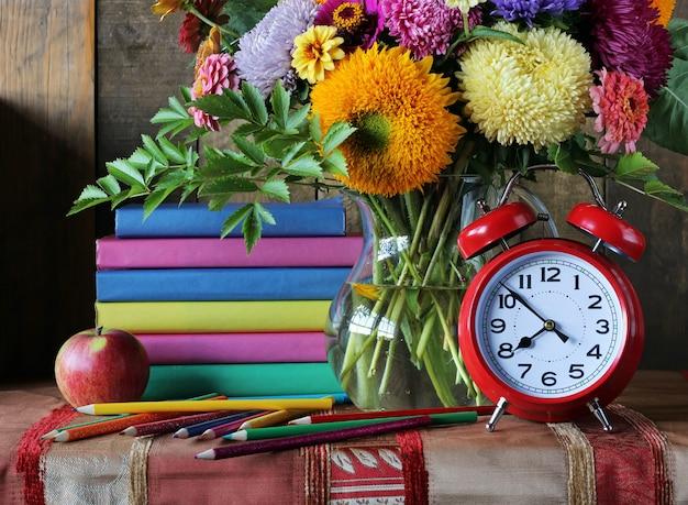 Blumenstrauß und bücher