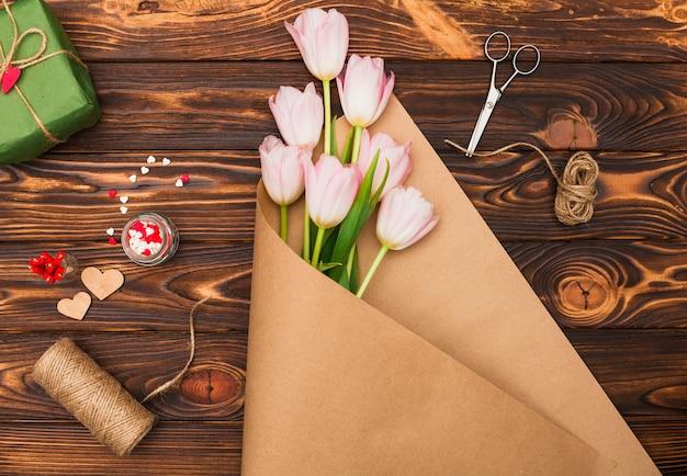 Blumenstrauß und zubehör für die geschenkverpackung