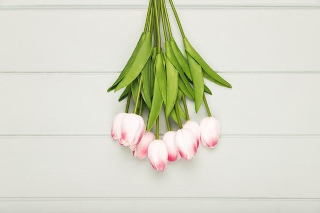 Blumenstrauß von blühenden tulpis auf tabelle