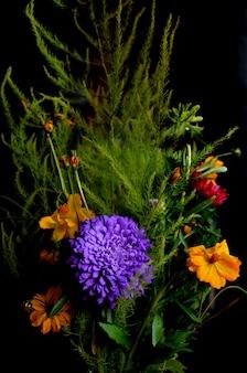 Blumenstrauß von blumen auf schwarzem hintergrund