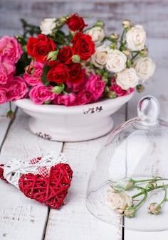 Blumenstrauß von bunten kleinen rosen. feiertag valentine day.