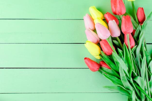 Blumenstrauß von bunten tulpen des frühlinges