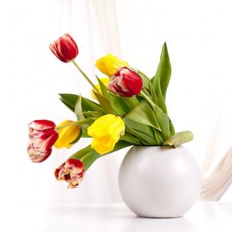 Blumenstrauß von bunten tulpen im vase
