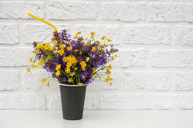 Blumenstrauß von farbigen blumen auf weißer backsteinmauer