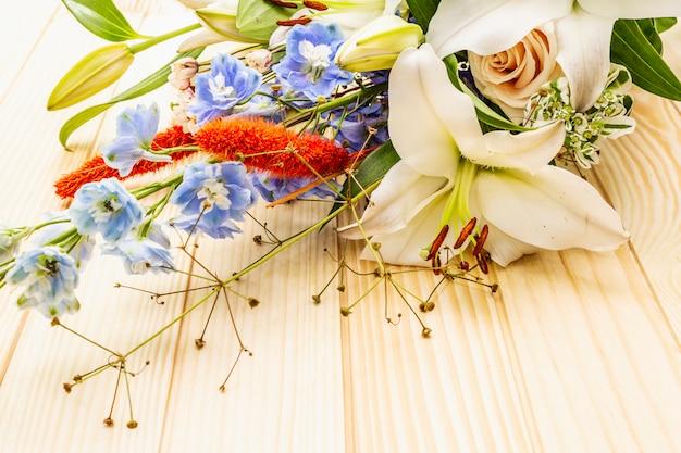 Blumenstrauß von festlichen blumen des sommers
