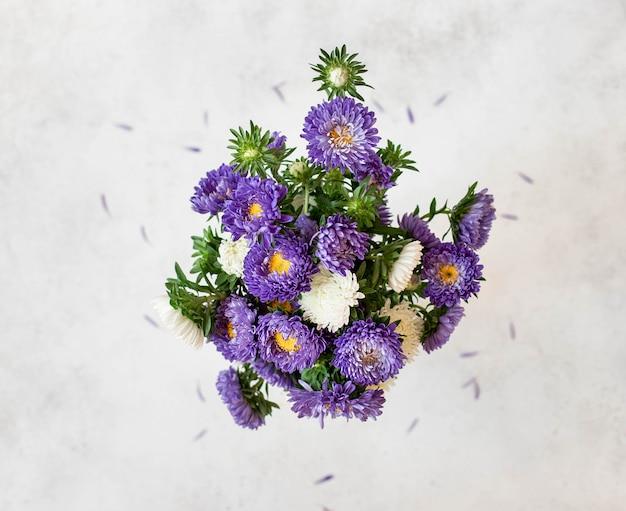 Blumenstrauß von frischen hellen blumen, draufsicht
